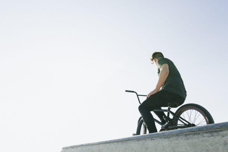 Imagen joven con BMX